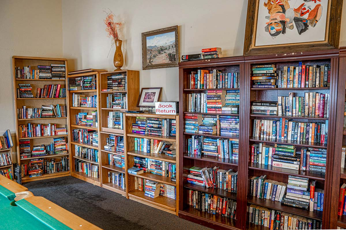 Lots of books in Ironwood RV & Mobile Home Park's Kitchen