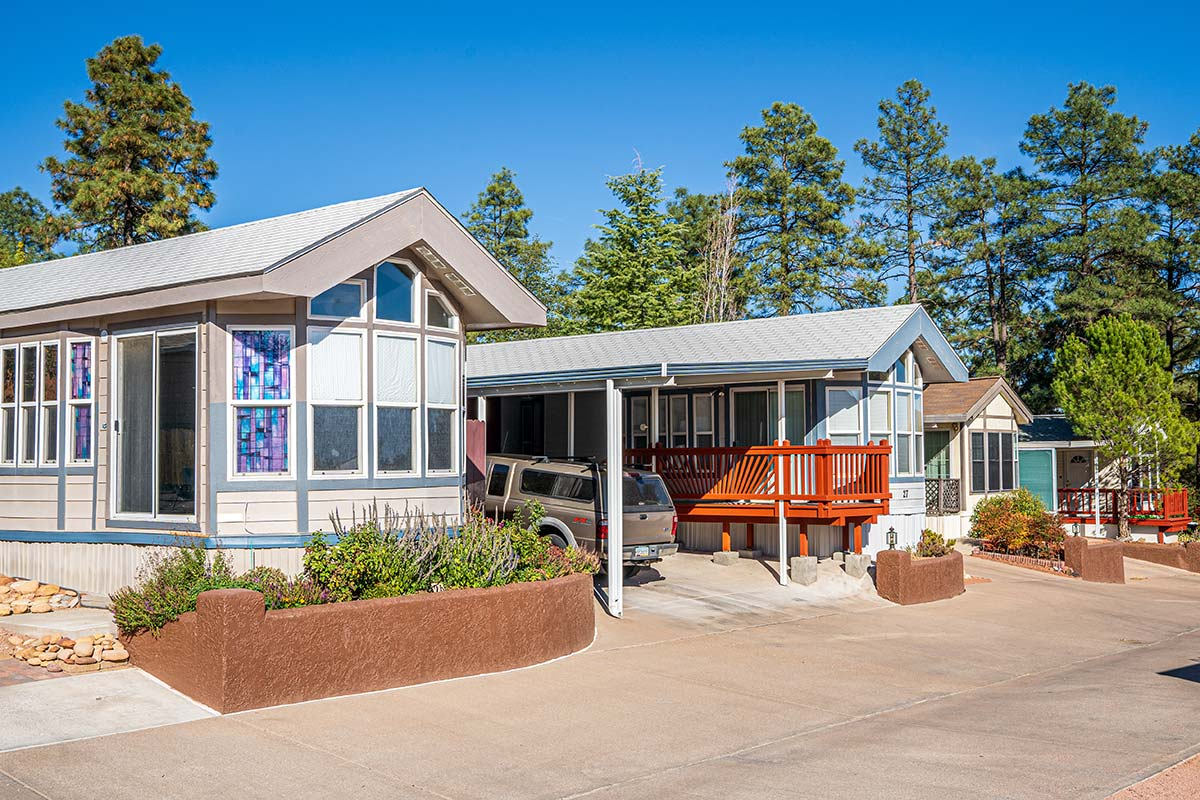 Mobile homes in Arizona's Pineview RV Resort active Senior communtiy